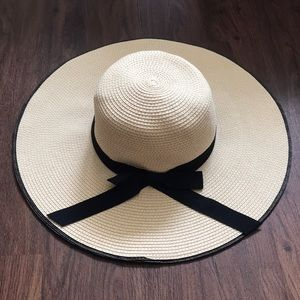 Express • Floppy Beach Hat with Black Ribbon Bow